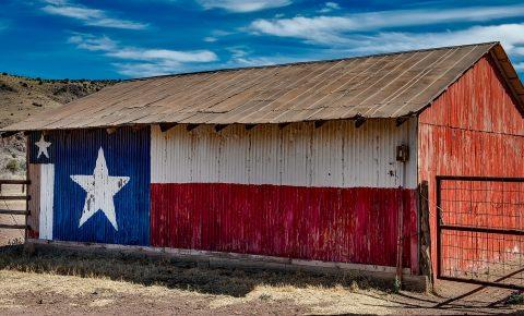 Barn pained with the Texas flag.